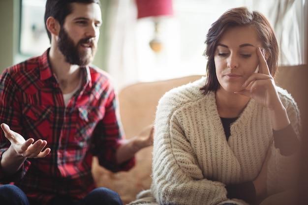 Couple se disputant dans le salon Photo gratuit