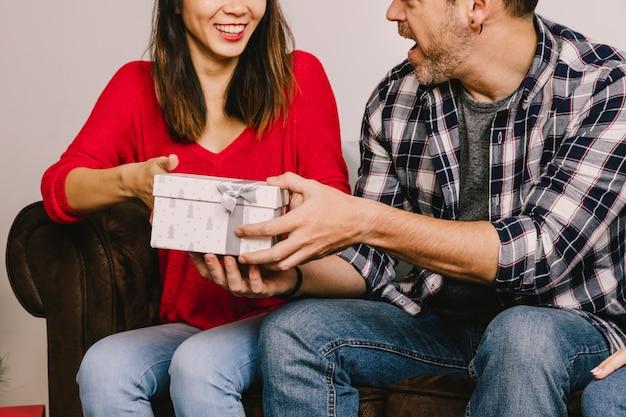 Couple se donnant mutuellement Photo gratuit