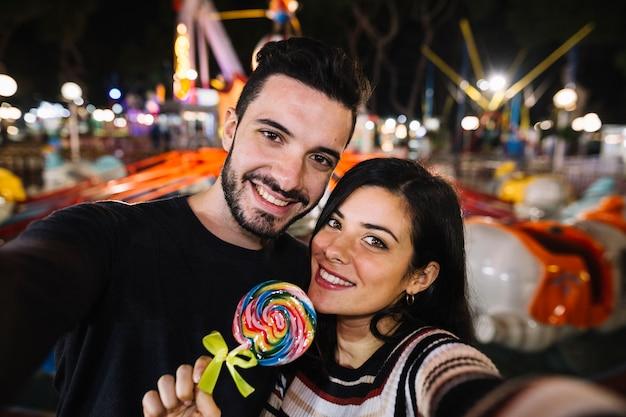 Couple selfie dans un parc à thème Photo gratuit
