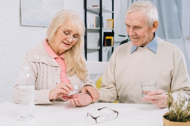 Couple senior à l'aide de pilules Photo gratuit