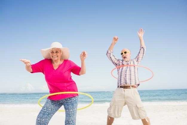 Couple senior faisant hula hoop Photo Premium