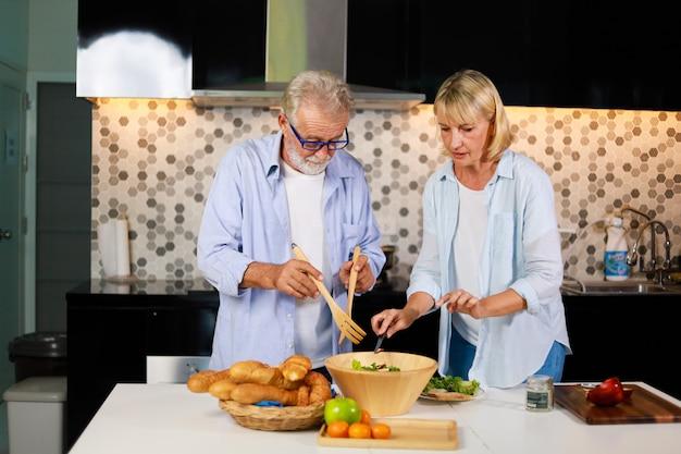 Couple Senior Homme Et Femme De Cuisine Dans La Bonne Humeur De Cuisine Photo Premium