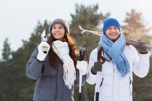 Couple de skieurs Photo gratuit