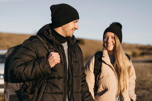 Couple Smiley Coup Moyen En Vacances Photo gratuit