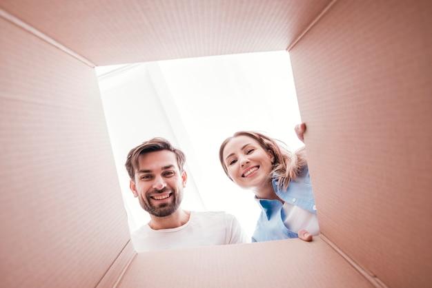 Couple De Smiley Mignon à L'intérieur Du Bas De La Vue De La Boîte Photo gratuit