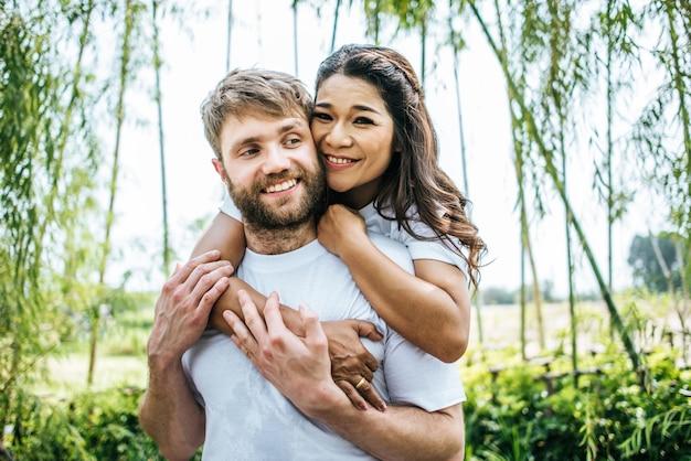 Couple souriant heureux diversité au moment de l'amour ensemble Photo gratuit