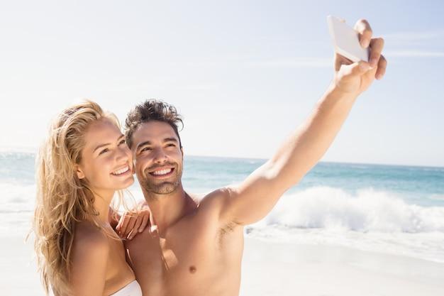Couple Souriant Prenant Selfie Photo Premium