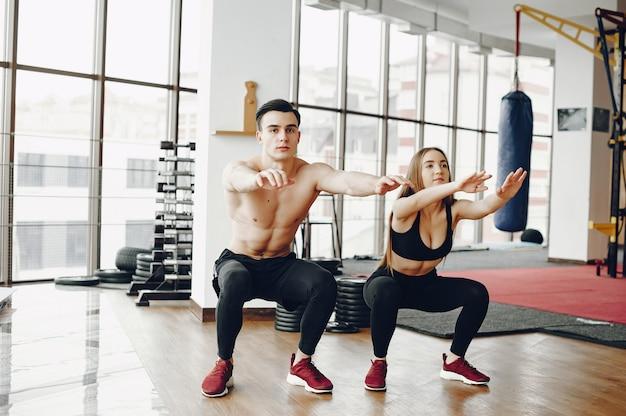Couple sportif dans un gymnase du matin Photo gratuit