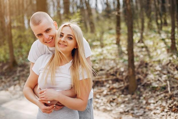 Couple sportif dans un parc d'été Photo gratuit