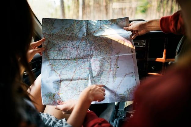 Couple suivant une carte Photo Premium