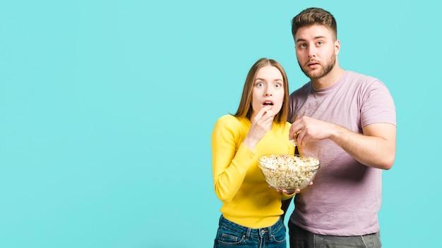 Couple surpris Photo gratuit