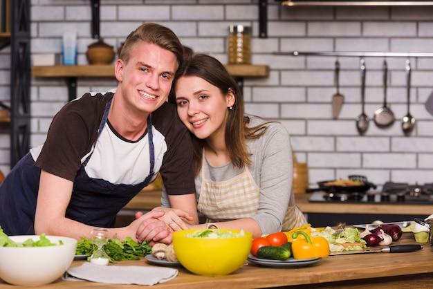 Couple, Table, Cuisine, Sourire, Appareil-photo Photo gratuit