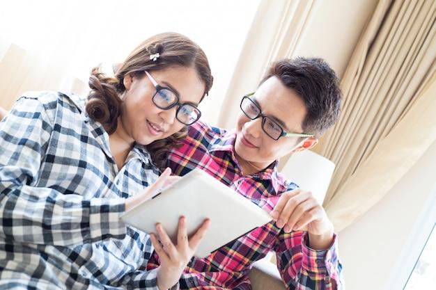 Couple avec tablette dans le salon Photo Premium