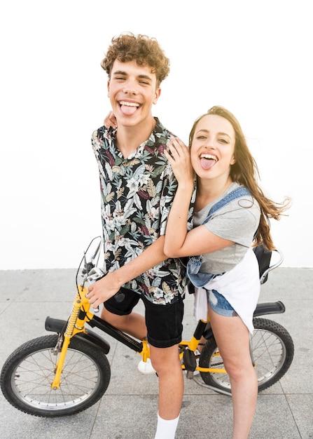 Couple taquiner, faire du vélo à l'extérieur Photo gratuit