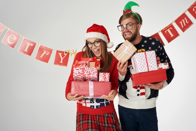 Couple Tenant Des Cadeaux De Noël Dans Les Mains Photo gratuit