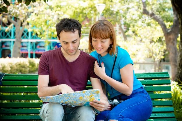 Couple Tenant La Carte En Mains Et Voyageant Ensemble. Photo Premium