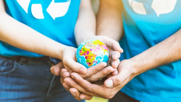 Couple Tenant Le Globe Dans Les Mains Ensemble Photo gratuit
