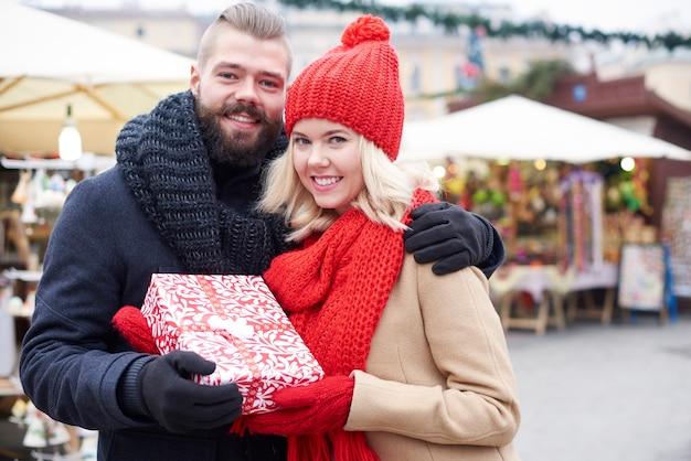 Couple Tenant Un Gros Cadeau Photo gratuit