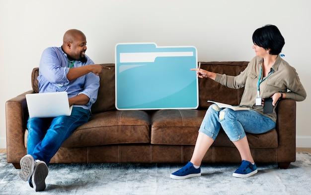Couple tenant une icône de dossier Photo Premium