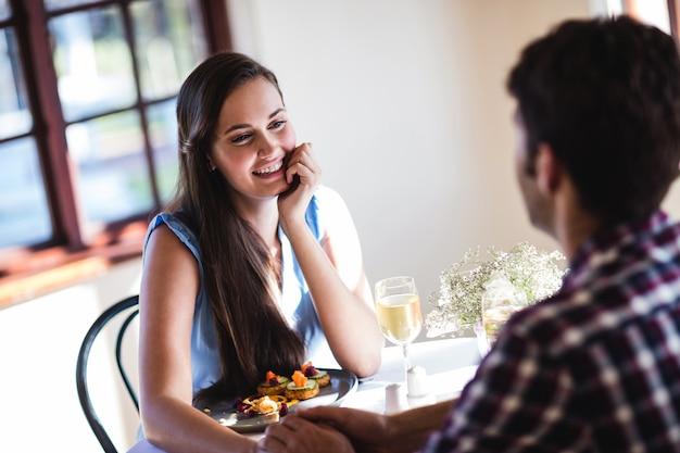 Couple, tenant mains, dans, restaurant Photo Premium