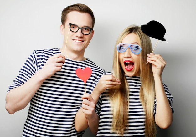 Couple, Tenue, Fête, Lunettes, Chapeau, Bâtons Photo Premium