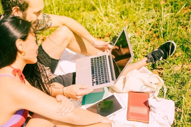 Couple, tenue, ordinateur portable, clairière Photo gratuit