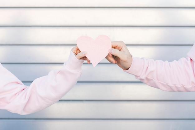 Couple, Tenue, Papier, Décoratif, Symbole, De, Coeur Photo gratuit