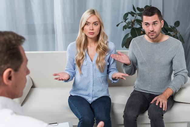 Couple avec thérapeute Photo gratuit