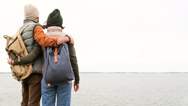 Couple De Tir Au Milieu Embrassant En Regardant La Mer Photo Premium
