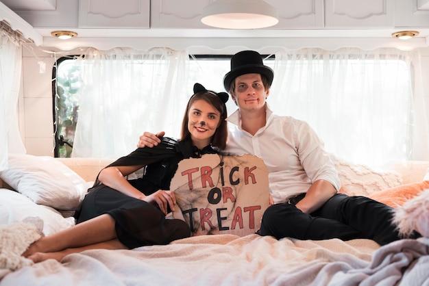 Couple De Tir Complet Assis Dans Son Lit Photo gratuit