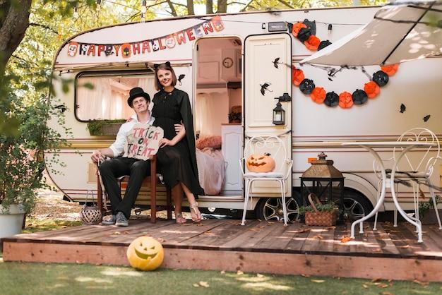 Couple De Tir Complet Posant Ensemble Photo gratuit
