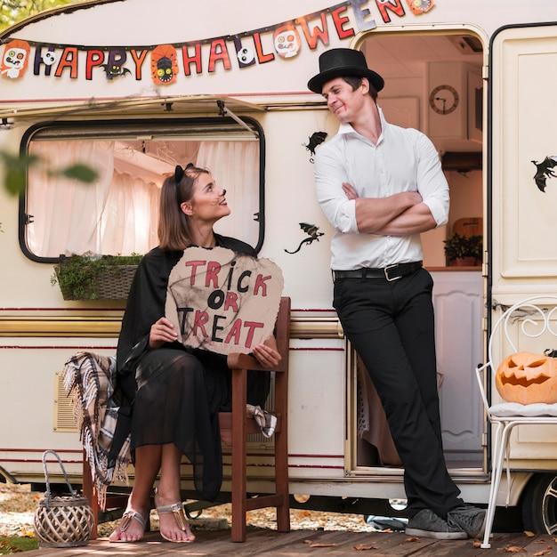 Couple De Tir Complet Avec Signe De Truc Ou De Friandise Photo gratuit