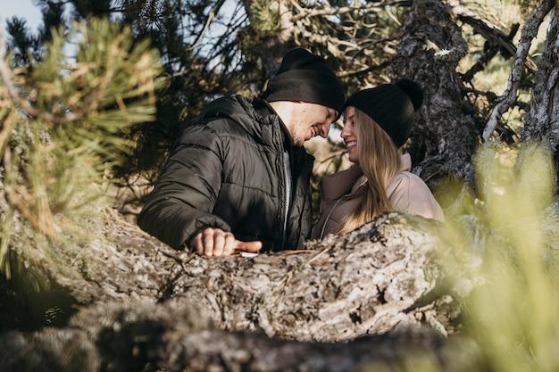 Couple De Tir Moyen étant Romantique Photo gratuit