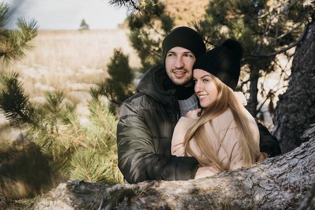 Couple De Tir Moyen étreignant Photo gratuit