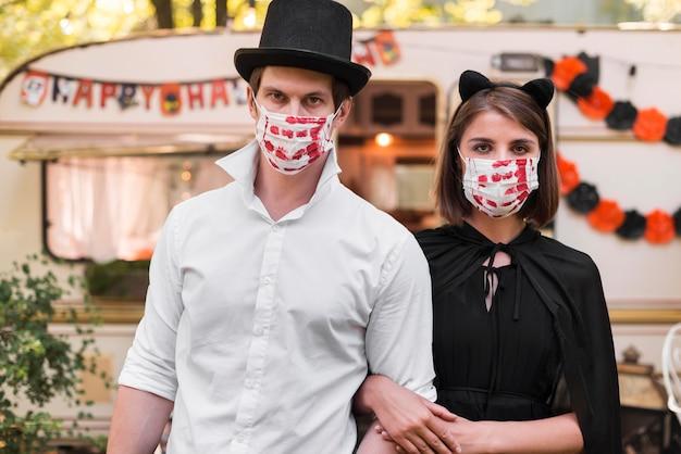 Couple De Tir Moyen Portant Des Masques Photo gratuit