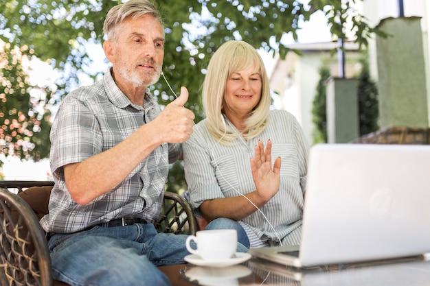 Couple De Tir Moyen Regardant Un Ordinateur Portable Photo gratuit