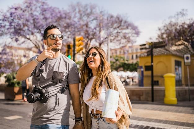 Couple de touristes explorant la ville Photo gratuit