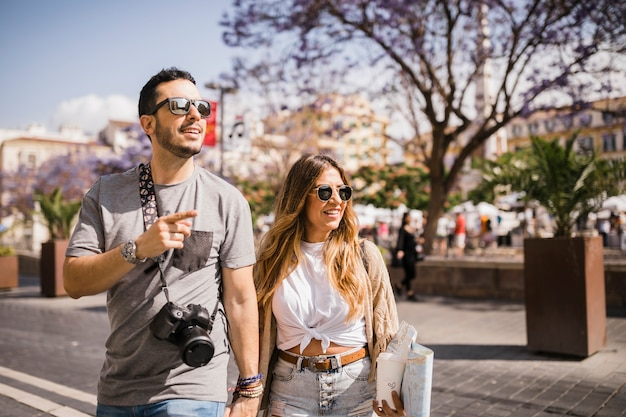 Un couple de touristes explore la nouvelle ville ensemble Photo gratuit