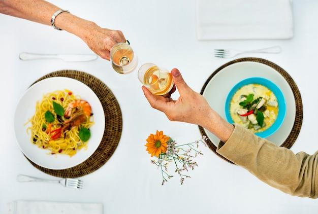 Couple en train de dîner au restaurant Photo Premium