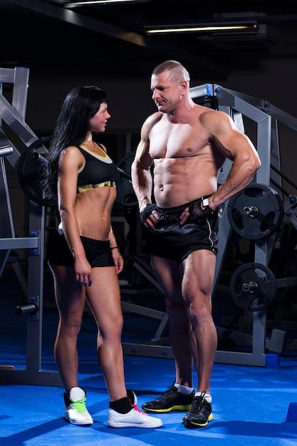 Couple travaillant dans un gymnase Photo gratuit