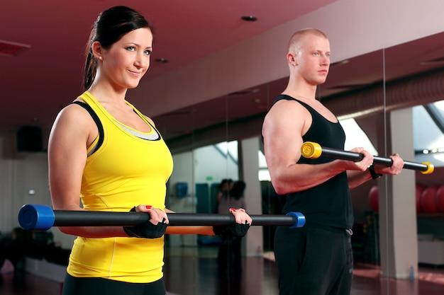 Couple Travaillant Dans Une Salle De Fitness Photo gratuit