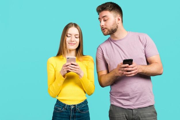 Couple utilisant leurs téléphones portables Photo gratuit