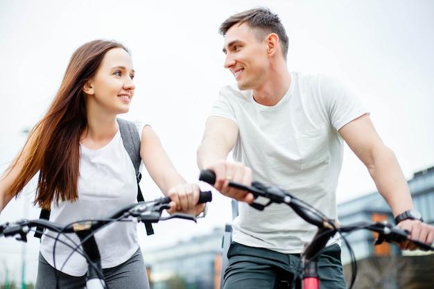 Couple sur les vélos en plein air souriant Photo Premium