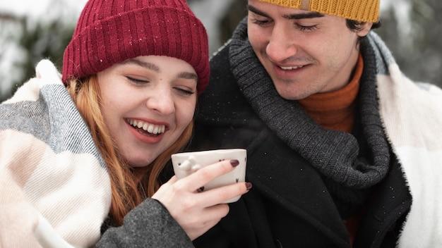 Couple, à, Vêtements Hiver, Passer, Temps, Dehors, Gros Plan Photo gratuit