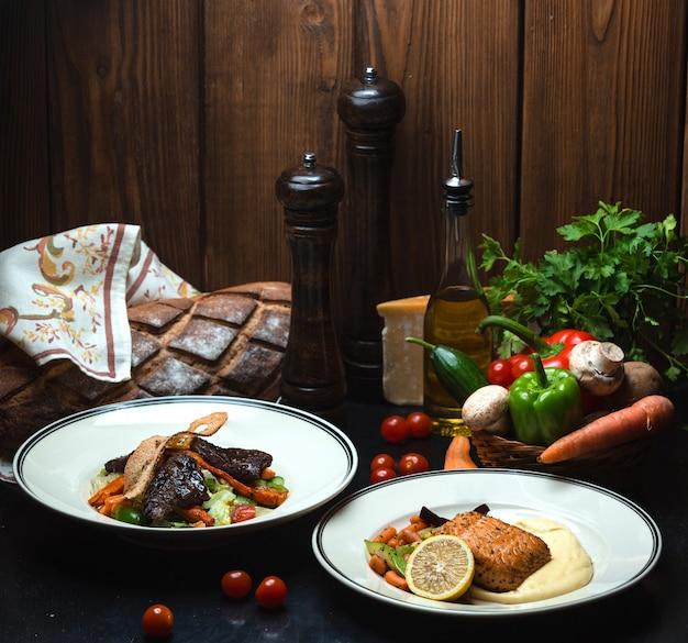Couple de viande frite et de saumon sur la table Photo gratuit