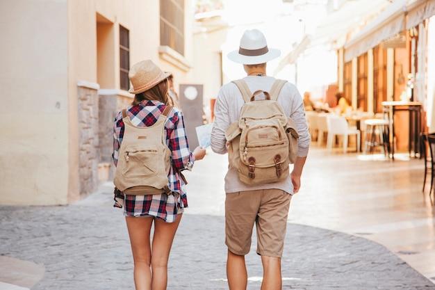 Couple visitant la ville Photo gratuit