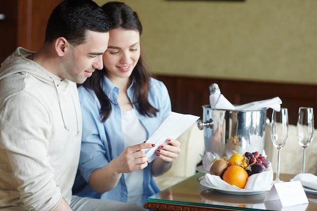 Couple vivant à l'hôtel Photo gratuit