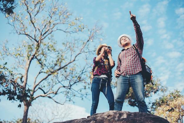 Couple voyage avec fond de montagne Photo gratuit