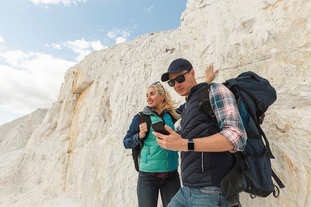 Couple de voyage vue de face en plein air Photo gratuit