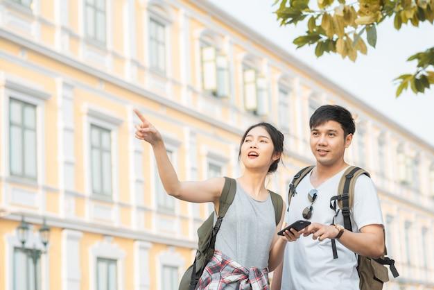 Couple de voyageurs asiatiques direction sur la carte de localisation à bangkok, thaïlande Photo gratuit